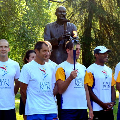 Peace Run-deltagare vid Sri Chimoys staty i Sandviksparken, Vasa