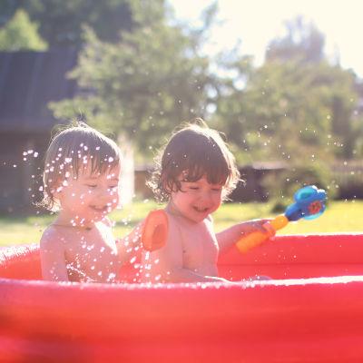 Barn plaskar i bassäng