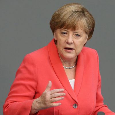 Tysklands förbundskansler Angela Merkel inledde debatten om det tredje nödlånet till Grekland i parlamentet på förmiddagen 17 juli.