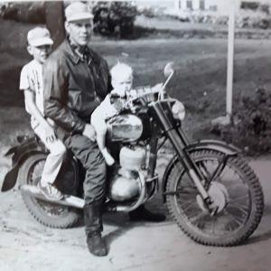 Ari Numminen isän ja isoveljen kanssa Jawan kyydissä 1959 tai 1960.