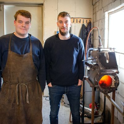 Jakob och Simon Nylund i knivverkstaden.