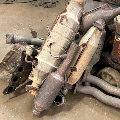 Erilaisia auton katalysaattoreita.
