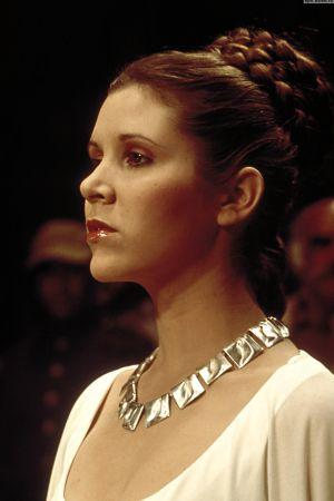 Skådespelaren Carrie Fischer bär halsbandet Planetaariset laaksot designad av Björn Weckström  i filmen Stjärnornas krig från år 1977.