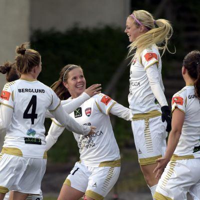 FC Rosengård firar ett mål mot PK-35 i Vanda.
