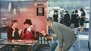 Jacques Tati eli monsieur Hulot modernissa ympäristössä. Kuva elokuvasta Playtime (1967).