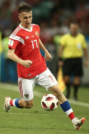 Aleksandr Golovin med bollen.