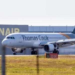 Thomas Cook-flygplan på landsningsbana.