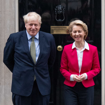 Boris Johnson och Ursula von der Leyen står framför Johnsons bostad i London i januari 2020.