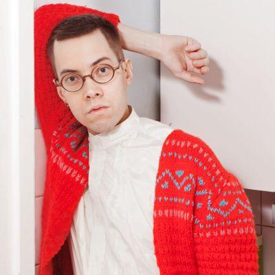 Lätsä poseeraa punaisessa villapaidassa.