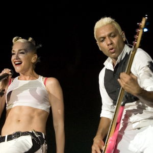 Gwen Stefani och Tony Kanal i No Doubt uppträder.