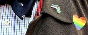 Den i Estland bosatta svenska moderatpolitikern Anders Hedmans rock med ett Estland-Sverige-pin, ett hjärta i regnbågsfärger och Moderaternas logo.