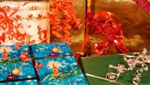 Julklappar i många olika färger.