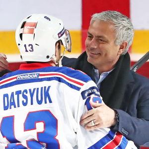 José Mourinho kramar Pavel Datsiuk.