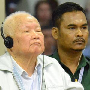 Röda Khmerernas andre man, Noun Chea, i rätten i Phnom Phen.