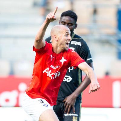 HIFK:s Sakari Mattila firar i matchen mot SJK.