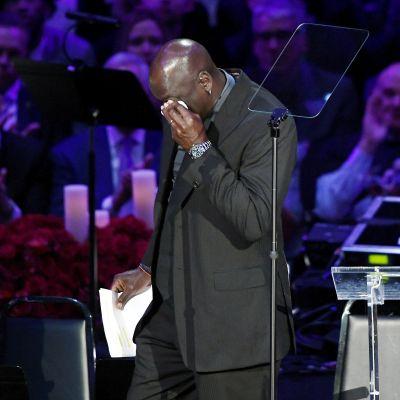 Liikuttunut Michael Jordan piti puheen Kobe Bryantin muistotilaisuudessa.