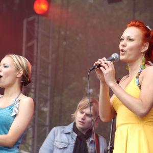 YleX Pop 2005, PMMP -yhtye lavalla, kesäkumibiisin esittäjät.