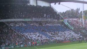 Borussia Mönchengladbachs fans hyller Mikael Forssell med en finsk flagga