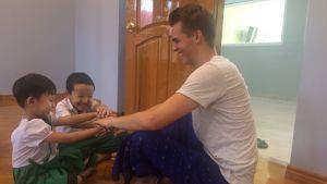 Perttu Pölönen Myanmarissa koulutuksen kehittäjänä.