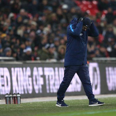 Tottenhams tränare Mauricio Pochettino tar sig för huvudet.
