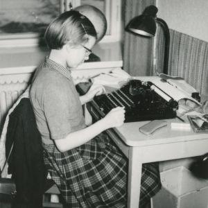 12-vuotias Kaari Utrio kirjoituskoneen ääressä kirjoittamassa kirjettä sukulaisilleen