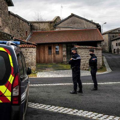 Två poliser och en polisbil i en liten by i Frankrike.