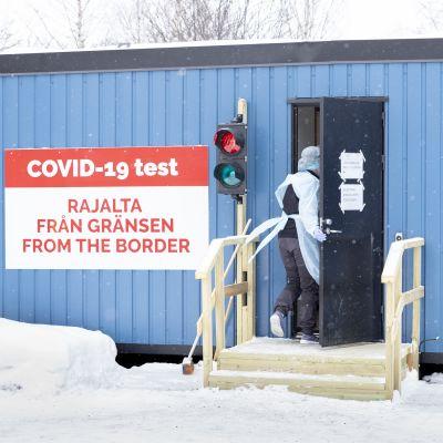 Hoitaja menossa testikonttiin Tornion testauspisteellä