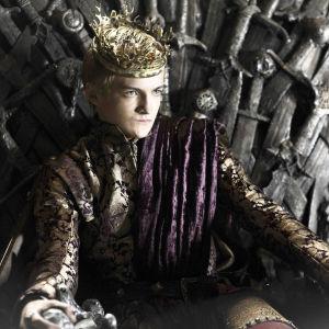 Joffrey Baratheon (Jack Gleeson) rautavaltaistuimella.