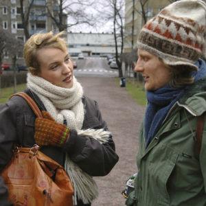 Kotikadun Ninni Luotola (Nelly Hristova) ja pullopoika (Tuukka Vasama) keskustelevat ulkona.