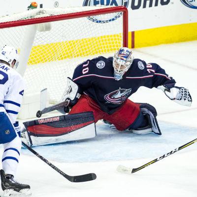 Joonas Korpisalo gör en räddning mot Toronto.