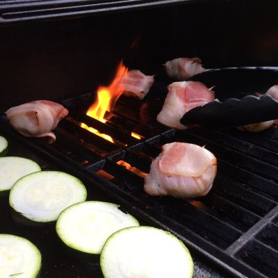 Pekoniin käärittyjä herkkusieniä ja kesäkurpitsaa grillissä.