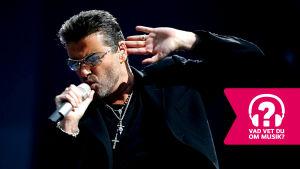 George Michael sjunger i en mikrofon.