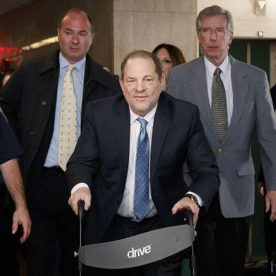 Weinstein nojaa rollaattoriin.