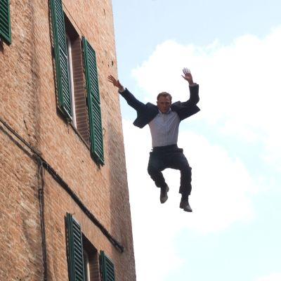 daniel craig, som 007, hoppar ut ur ett fönster