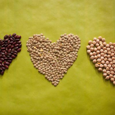 röda bönor, ljusa linser och kikärter formade till tre hjärtan