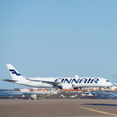 Finnairs plan som står på Helsingfors-Vanda flygplats.