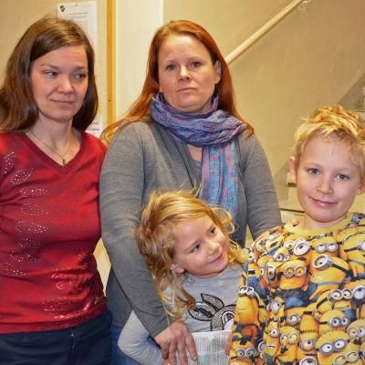 Heidi Abrahamsson och Hanne-Grete Christensen med sina respektive barn, en flicka och två pojkar.