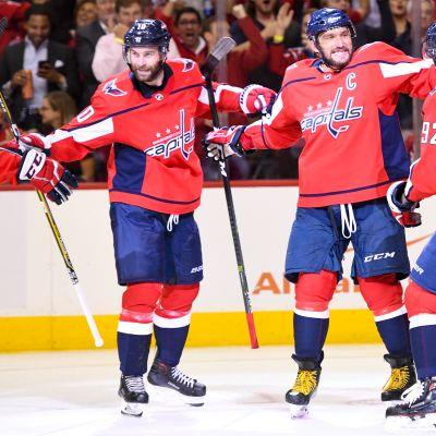 Aleksandr Ovetshkin juhlii maalia Jevgeni Kuznetsovin ja Brett Connollyn kanssa.