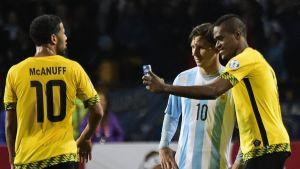 Deshorn Brown tar en selfie med Lionel Messi.