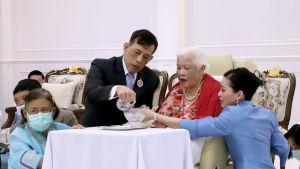 Kung Maha Vajiralongkorn och han systrar uppvaktade nyligen sin mor, änkedrottning Sirikit som fyllde 88 år.