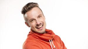 "Programledare för BUU-klubben Jonathan ""Jontti"" Granbacka poserar i en fotostudio."