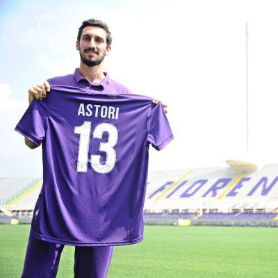 Davide Astori håller upp en tröja med nummer 13