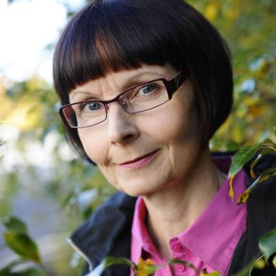Toimittaja Tiina Merikanto lähikuvassa.