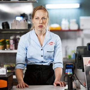 Milla Kangas ja Hennariikka Laaksola rooleissaan pikaruokaravintolan kassalla sarjassa Mun ainoot 30 minsaa.