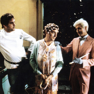 Scen ur Monty Python The Meaning of Life. Terry Jones med papiljotter i håret.