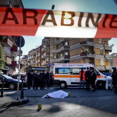 Brottsplats i Neapel avspärrad av polisen.