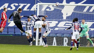 Liverpools målvakt Alisson nickar in 2–1-målet.