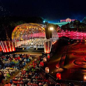 Wienin filharmonikoiden kesäillan konsertti Schönbrunnin linnan puistossa