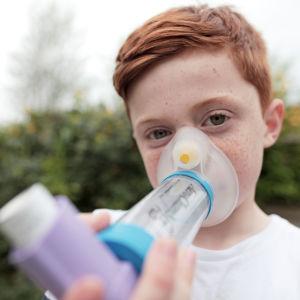 Joe käyttää astmaansa inhalaattoria