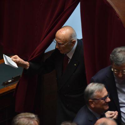 Italiens förra president Giorgio Napolitano röstar om vem som blir hans efterträdare i valets första omgången.
